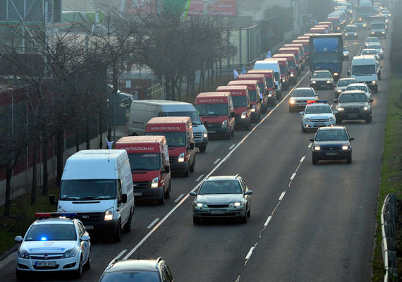 Az M5-ös bevezető szakaszán később helyreállt a forgalom. Valószínű, hogy sokan inkább a közösségi közlekedést választották hétfő reggel.