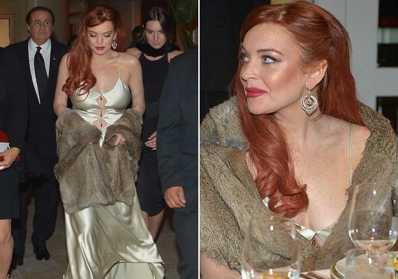 A vörös színésznő rendkívül elegáns volt földig érő ruhájában, bundával a vállai körül.