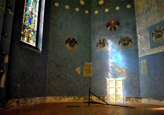 Bár a kápolna még nincs tönkremenve, mégis van benne valami hátborzongató.