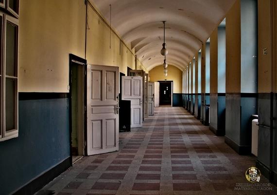 Az egykor tömött folyosók most elhagyatottak, és konganak az ürességtől.