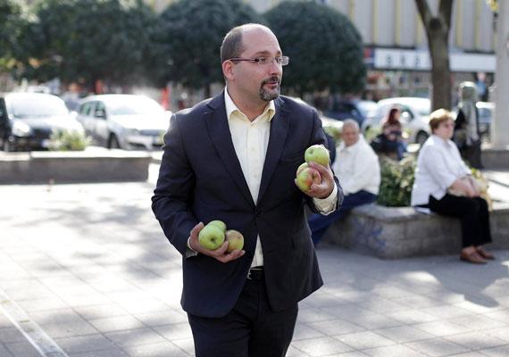 Csárdi Antal a Központi Vásárcsarnokban vezeti vállalkozását, de nem újonc a politikában. 2010-ben önkormányzati képviselő lett Budapest IX. kerületében. A zöldalma már tavasszal is a párt jelképe volt, nem kereskedői múltjára utalt vele Csárdi, amikor a Blaha Lujza téren kampányolt.