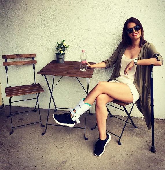 Lola még sérült lábbal sem pihen, a megosztott fotóiból kiderült, hogy a héten még klipet is forgatott.