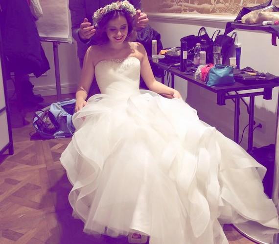 Ezt a képet töltötte fel Lola a minap a Facebookra: akár a saját ruhája látható rajta, akár nem, már biztos, hogy jól áll neki a menyasszonyi öltözet.