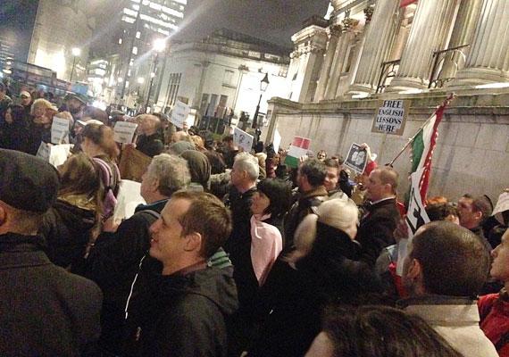 A londoni tüntetés jó hangulatban telt, a végén egy pubban beszélgettek a résztvevők, ahogy az arrefelé szokás.