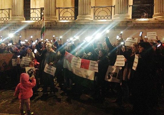 A már jól ismert pillanat: mobiltelefonjaikkal világítanak a tüntetők.