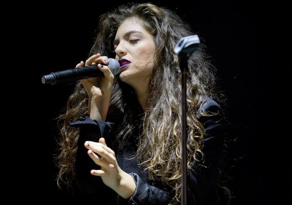 Így néz ki most az énekesnő munka közben - szinte semmit sem változott, csak eltelt közben néhány év.