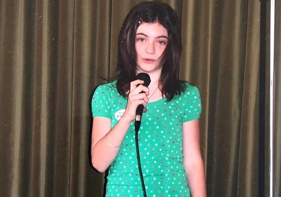 Íme, a bizonyíték, hogy Lorde színpadra termett: mindössze kilenc-tíz éves lehetett, amikor már mikrofonnal a kezében fotózta őt az édesanyja.