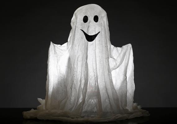 A lucázás is nagyon hasonlított a halloweeni játékokra: a gyerekek ilyenkor szellemeknek öltöztek, majd mondókákkal házaltak, és apró ajándékokért cserébe bő termést ígértek, ahol viszont nem kaptak semmit, elátkozták a lakók szerencséjét.