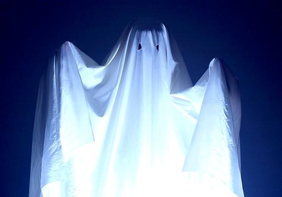 Furcsa, de meglepő átfedések vannak a Luca-nap és a Halloween között. Magyar nyelvterületen a gyerekek december 13-án indultak útnak, hogy kísértetnek öltözve apró ajándékokat gyűjtsenek.