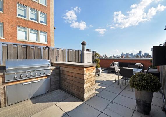 A tetőtéri ingatlanban még egy kis terasz is van, ahol Nick a barátaival grillezhet és bulizhat.