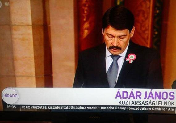 Nem, ez nem egy mém. Áder János nevét tényleg majdnem Kádár Jánosnak írták a tegnapi adásban.