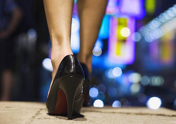 Úgy érzed, a magas sarkú cipőt nem neked találták ki. Amúgy is kitűnsz a tömegből, de ha felveszel egy ilyen topánt, kellemetlenül érzed magad a sok pici barátnő között.