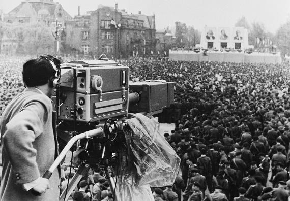 Hősök tere, május 1-jei nagygyűlés, az MTV első helyszíni közvetítése: egy hatalmas kamera pásztázta az ünneplő tömeget.