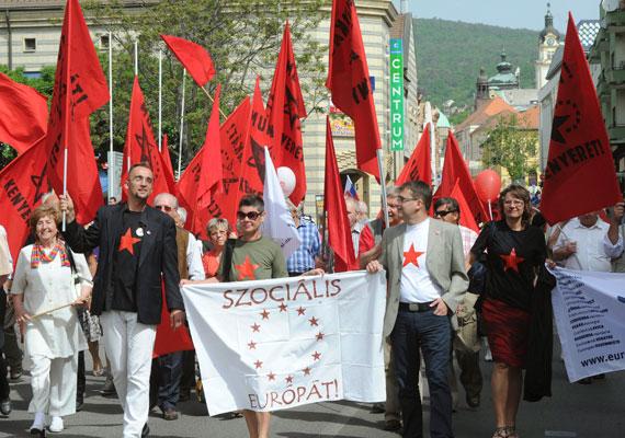 Három olyan ügyben döntöttek a strasbourgi bírák tavaly ősszel, amelyekben a Munkáspárt tagjai azért követeltek kártérítést, mert szerintük a magyar állam megsértette az önkifejezés szabadságához való jogukat azáltal, hogy a magyar bíróság elmarasztalta őket tiltott önkényuralmi jelképek, vörös csillag, valamint sarló-kalapács használatáért. Az ügy több tízezer euróba került az államnak.