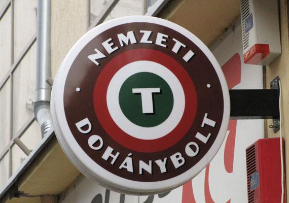 A magyar állam megsértette a magántulajdon védelmét, amikor 2013-ban megfosztotta Vékony László soproni trafikost engedélyétől - mondta ki a bíróság egyelőre nem jogerősen idén év elején. A döntés ugyan nem kötelezte a magyar jogalkotót a jogsértés megszüntetésére vagy jogszabály módosításra, de 15 ezer euró - 4,5 millió forint - kártérítés és 6000 euró - mintegy 2 millió forint - perköltség kifizetésére kötelezi a magyar államot, ha jogerőssé válik.