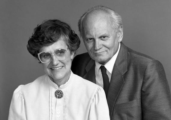 Göntér Mária Zsuzsanna 67 évig volt a nemrég elhunyt első köztársasági elnök, Göncz Árpád felesége. Férjével együtt hozták létre a Kézenfogva Alapítványt, aminek azóta is kuratóriumi elnöke.