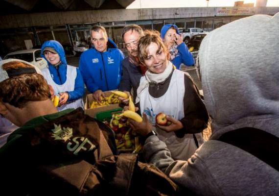 Akit biztosan nem kell bemutatni: Lévai Anikó nagyon sokszor szerepel férje, Orbán Viktor oldalán. Ő is jeleskedik a karitatív munkában: ezen a szeptember végén készült képen éppen menekült gyerekeknek oszt élelmiszercsomagot.