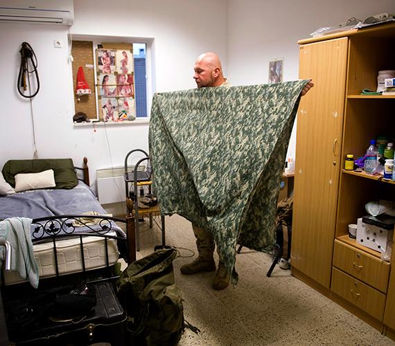 Magyar katona pakol szobájában az afganisztáni Kilaghaj bázison. A falon bikinis nők és egy mikulássapka.