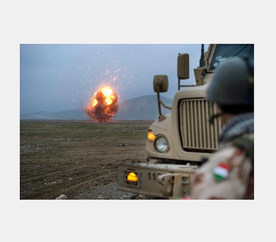 Itt a magyar tűzszerész katonák a Tartományi Újjáépítési Csoport lejárt, légi szállításra alkalmatlan lőszereinek és egyéb, házilag robbantásra alkalmassá tehető eszközeinek megsemmisítését végzik.