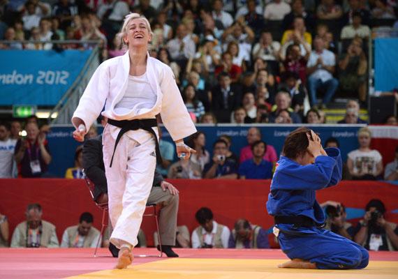 Csernoviczki Éva pár másodperccel azután, hogy a bíró kiküldte a stadionból az edzőjét - aki az édesapja -, földre küldte japán ellenfelét, így bronzérmet szerzett cselgáncsban.
