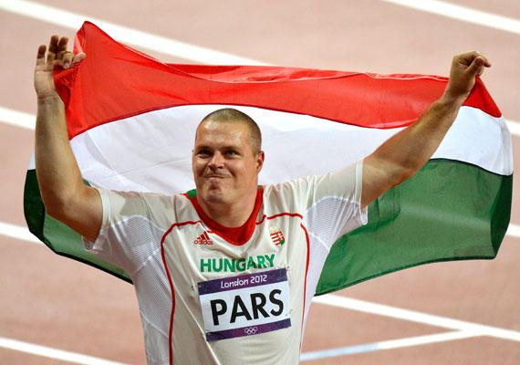 Pars Krisztián magyar zászlóval a vállán ünnepelte kalapácsvetésben szerzett aranyérmét.