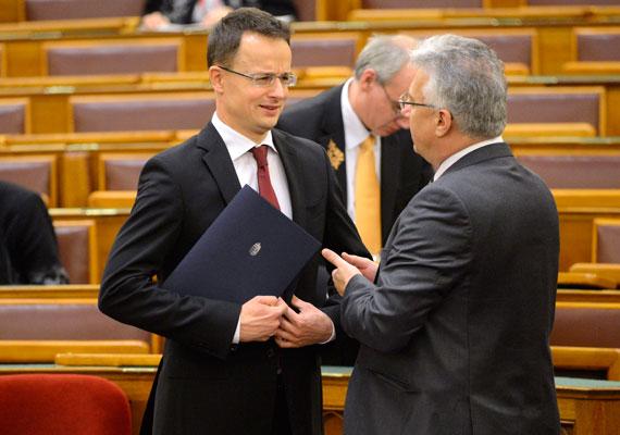 Szijjártó Péter külügyminiszter és Semjén Zsolt miniszterelnök-helyettes tart megbeszélést az ország házában. Nem kell attól tartaniuk, hogy illetéktelen fülekbe jut magánbeszélgetésük.