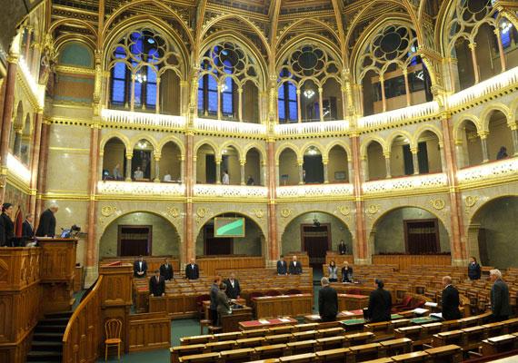 A Szovjetunióba hurcolt magyar politikai rabokról és kényszermunkásokról egyperces néma felállással emlékeznek meg a képviselők napirend előtt az Országgyűlés plenáris ülésén.