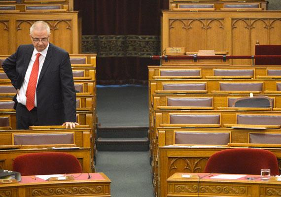 Trócsányi László igazságügyi miniszter a forintosításról és a fair bankokról beszélt, de annyira belefeledkezhetett a mondandójába, hogy észre sem vette, képviselőtársai már a büfében vannak.