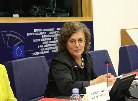 Az európai parlamenti képviselő Göncz Kinga eredetileg pszichoterapeuta képesítést szerzett, majd az Országos Elme- és Ideggyógyintézet munkatársa és pszichiátere lett. Politikai pályafutása 2002-ben kezdődött, a Medgyessy-kormány idején.