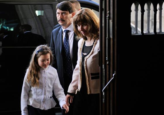 Áder János államfői kinevezésekor kislánya is jelen volt.