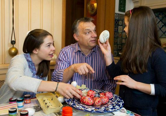 Orbán Viktor családja körében töltötte a húsvétot, lányaival még tojásokat is festettek a locsolóknak.