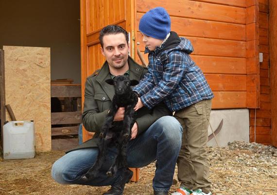 Vona Gábor és kisfia, Benedek állatsimogatóban jártak.
