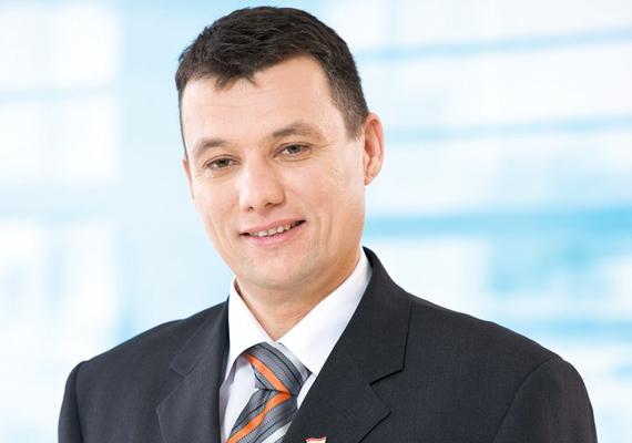 Dióssy Csaba, mielőtt Dunakeszi alpolgármestere - jelenlegi polgármestere - és országgyűlési képviselő lett, 13 éven keresztül egy dunakeszi székhelyű lámpatestgyár termelését igazgatta.