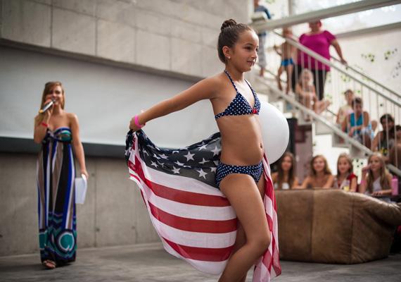 Little Miss: a képsorozat 2010 és 2012 között készült egy magyarországi nemzeti és egy bulgáriai nemzetközi gyermekszépségversenyen. Nálunk 2005 óta rendeznek hasonló versenyeket, ahová 3-6, 7-12, és 13-18 éves kor között nevezhetnek a gyerekek.Kallos Bea sorozata első helyezést ért el a Társadalomábrázolás, dokumentarista fotográfia kategóriában.