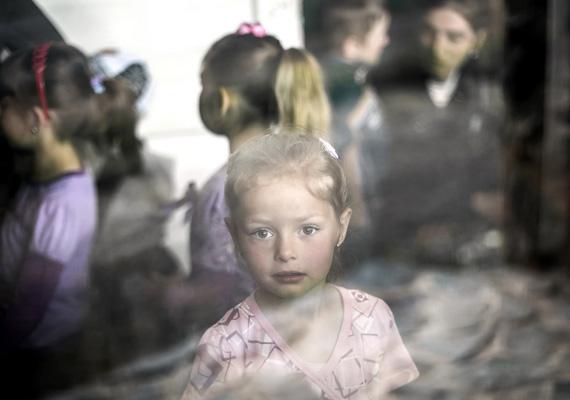 Önkéntes gyermekmentők: önkéntes orvosok a Nemzetközi Gyermekmentő Szolgálattól évente kétszer utaznak Hargita megyébe, ahol rászoruló gyermekek egészségügyi vizsgálatát végzik.Mohai Balázs képsorozata harmadik helyezést ért el a Társadalomábrázolás, dokumentarista fotográfia kategóriában.