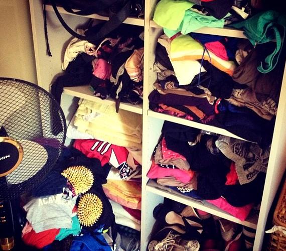 Nem férek el! - írta Barbee a zsúfolt ruhásszekrényről feltöltött fotóhoz.