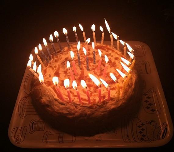 Iszak Eszti szerelmét, Dobrády Ákost saját készítésű tortával köszöntötte fel, de nem tartja magát konyhatündérnek: a képen látható sütit az életem második és egyben legcsúfabb tortája jelzővel illette.
