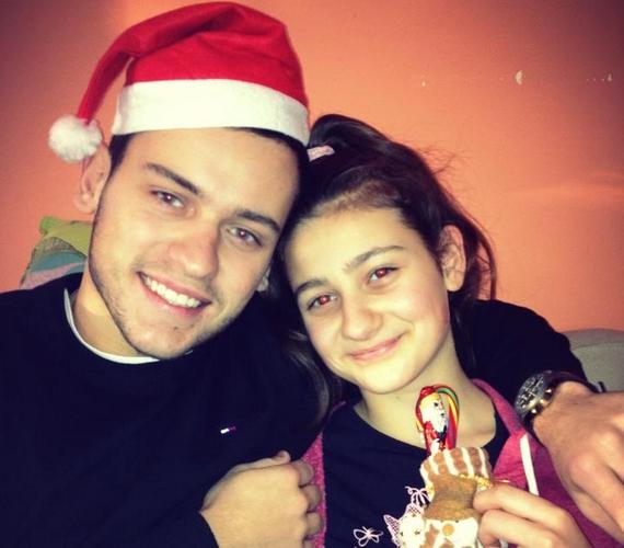 - A kishúgommal kívánunk mindenkinek Boldog Mikulást! A Miklósokat Isten éltesse! - írta az X-Faktorból frissen kiesett Szabó Ádám.