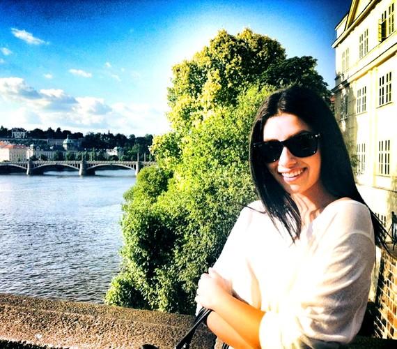 Radics Gigi Prágába utazott próbálni.-Megérkeztünk! Itt sétálunk a Károly hídon, gyönyörű ez a város.