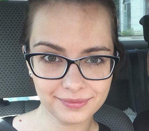 Lola ritkán oszt meg magáról olyan fotót, ahol nincs rajta smink, de amikor megteszi, csak dicsérő kommenteket kap, és a szemüveg is jól áll a 26 éves sztárnak.