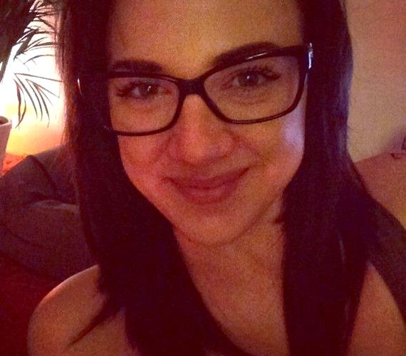Tóth Gabit legtöbbször erős sminkben láthatod, de ez a fotó bizonyítja, hogy a 27 éves énekesnő festék nélkül, szemüvegben is szép.