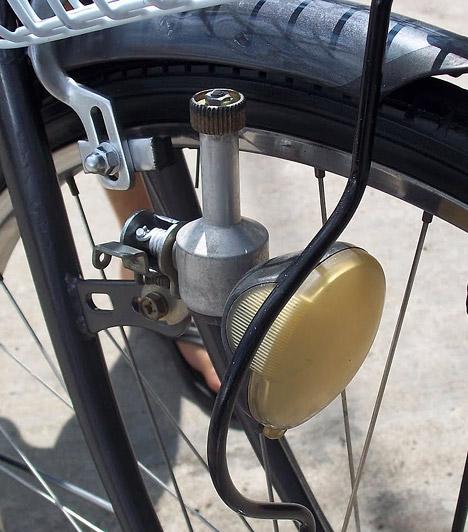 Dinamó-elv  Ha máshonnan nem is, a dinamó-elv a kerékpárokról biztosan ismerős. Az elvet Jedlik Ányos István természettudós, feltaláló írta le először, akinek nevéhez egyébként több találmány is fűződik. A mechanikai energiából egyenáramú villamos energiát előállító szerkezet elvét 1861-ben írta le, tőle függetlenül azonban a német Ernst Werner von Siemens szabadalmaztatta 1866-ban.
