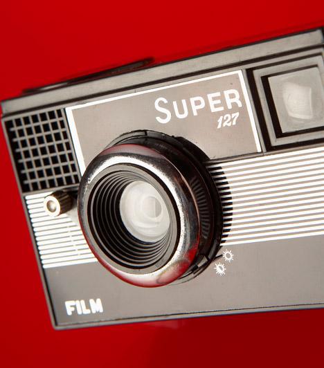 Félautomata fényképezőgép  A fényképezés történetében mérföldkőnek számít a félautomata készülékek megalkotása. Az újítás két magyar származású tudós, Riszdorfer Ödön és Mihályi József nevéhez fűződik. Előbbi találmányai úttörő jelentőségűek voltak, a fényképezés automatizálási kérdéseit például a világon elsőként válaszolta meg, utóbbi pedig műszerészként működött közre a fényképezőgép kidolgozásában.  Kapcsolódó cikk: Díjazott természetfotók»