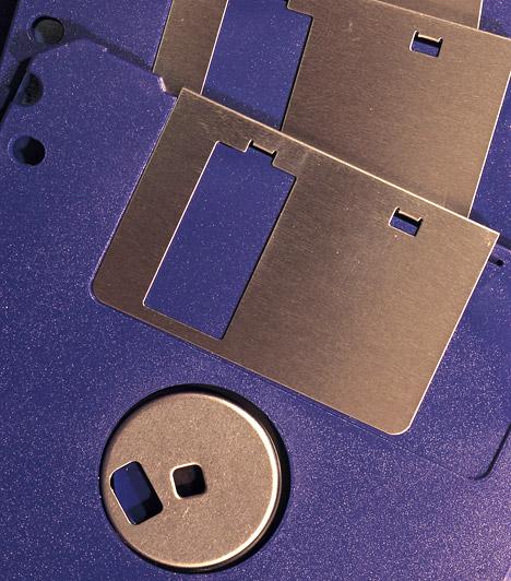 """Kis floppy  Ma már alig találkozni vele, pedig még néhány évvel ezelőtt nélkülözhetetlen adattároló volt a hajlékonylemez, angolul floppy. Talán kevesen tudják, de a kis floppy koncepcióját Jánosi Marcell dolgozta ki a Budapesti Rádiótechnikai Gyárban 1973-ban, akkor még 3""""-os kivitelben a később elterjedt 3,5""""-os helyett. Mind a lemezt, mind a meghajtóját szabadalmaztatták, ám mivel ezt később nem általánosították, a cég elvesztette az oltalom lehetőségét.  Kapcsolódó cikk: Lassú számítógép gyorsítása»"""
