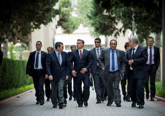 Orbán Viktor 2012 nyarán az ország elnökének külön hívására érkezett Azerbajdzsánba. Bakuban gazdasági kérdésekről esett szó, ezen belül is az energetika terén cseréltek eszmét a felek. Azerbajdzsán egyik ezzel foglalkozó szervezet szerint sem számít demokratikus országnak. Az ellenzéket brutálisan elnyomják, a legfelsőbb állami vezetői körök pedig elképesztő mértékű korrupciónak hála őrzik gazdasági és politikai hatalmukat. A tavalyi elnökválasztás alkalmával Ilham Aliyev újraválasztása már a voksolás kezdete előtt biztos volt, ugyanis véletlenül kiszivárgott az előre bekészített számszerű eredmény. Aliyev általában a választók 80-90%-ának elnyeri szimpátiáját.