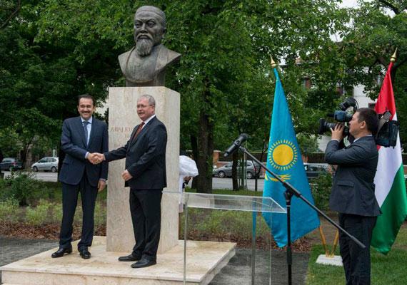 Fazekas Sándor fogadta Budapesten először a kazah miniszterelnököt. Egy kazah költő szobrát avatták fel közösen a Városligetben, amire maga Nurszultan Nazarbajev is eljött volna, ám az elnök mégis távol maradt. Az egykori első titkár 1991 óta irányítja Kazahsztánt. A fontos politikai pozíciókban családjának tagjai ülnek, lánya például a kormánypárt frakcióvezetője és a parlament alelnöke. Az ország komoly olaj- és uránkészletekkel rendelkezik. Míg az ország komoly része szegénységben él, Nazarbajev 1997-ben a semmiből egy futurisztikus új fővárost építtetett a sztyeppe közepére.