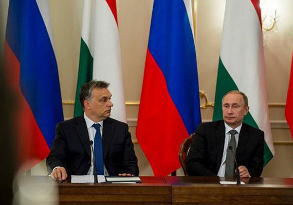 Orbán legutóbb télen járt Moszkvában, ahol Vlagyimir Putyinnal meg is állapodott egy komoly mértékű orosz hitelről a paksi atomerőmű bővítésével összefüggésben. Putyin rendszere egyre komolyabb nyomást gyakorol a belső ellenzékre, de külső partnereivel sem bánik kesztyűs kézzel. Nyílt titok Moszkva ukrajnai beavatkozása, mely azután kezdődött, hogy az addig az orosz érdekeket is figyelembe vevő kijevi vezetést elsöpörte a népharag.