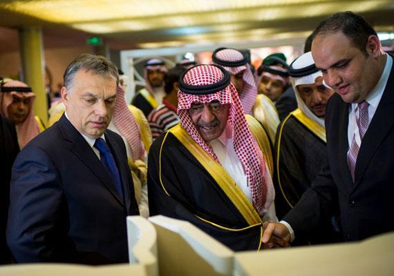 Orbán legutóbb tavasszal járt Szaúd-Arábiában, ahova szintén gazdasági előnyökért cserébe utazott. A miniszterelnök találkozott az uralkodó család néhány prominens tagjával is. Bizony, az arab országot egy dinasztia vezeti, akik az emberi jogokkal kevéssé törődnek. A nők helyzete különösen sanyarú Szaúd-Arábiában. Autót nem vezethetnek, az utcára nő csak férfi kísérete mellett léphet. Ha azonban a férfi kísérő nem családtag, a nő börtönnel is sújtható. Ugyanez a helyzet akkor is, ha autóvezetésen kapják.