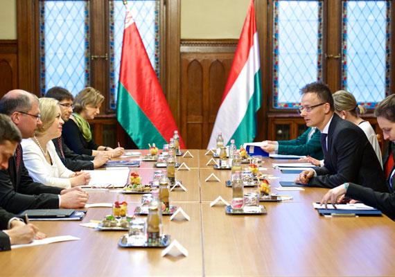 Tavasszal Szijjártó Péter még külügyi és külgazdasági államtitkárként tárgyalt a fehérorosz külügyi tárca helyettes vezetőjével. A fő téma a kétoldalú kereskedelem volt. A belorusz elnököt, Alekszander Lukasenkót az utolsó európai diktátornak szokás nevezni. A legutóbbi elnökválasztást - mi sem természetesebb - fölényesen megnyerő Lukasenko vérbe fojtotta az ellen indult tüntetéseket, az ellenzék elnökjelöltjeit pedig mind egy szálig börtönbe vetette.
