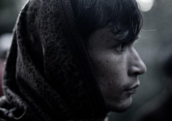 Ez az afgán srác az Ausztriából érkező önkéntesek konvoját várja épp a II. János Pál pápa téren.